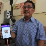 Nurul Munjiat saat menunjukkan FB Auliyah Sari dan WA-nya (Agus Salam/Jatim TIMES)