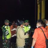 Petugas melakukan pencarian awal di lokasi kejadian mobil tercebur. (foto : Joko Pramono/ Jatim Times)