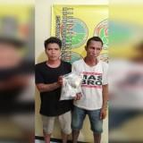 Tersangka Sujito alias Kijon dan Tersangka Andri  Yuli Prayitno menunjukkan barang bukti