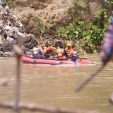 Petugas Basarnas saat melakukan pencarian dengan perahu karet di lokasi yang diduga tempat mobil itu terseret arus. (foto : Joko Pramono/Jatim Times)