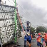 Hujan Campur Angin, Papan Reklame Setinggi 12 Meter Roboh Timpa Warung