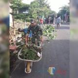 Kerja bakti bersama yang digelar Koramil 0808/20 dan warga Sananwetan.(Foto : Team BlitarTIMES)