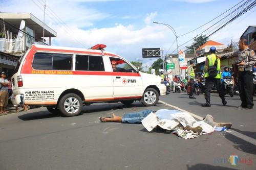 Korban tabrak lari masih tergeletak sebelum dibawa ambulans ke rumah sakit.