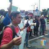 Puluhan jurnalis membentangkan poster mengecam pemberian remisi terhadap pembunuh wartawan di Bali (foto : istimewa/JatimTIMES)