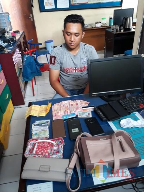 Rif'an Firmansyah tersangka beserta barang bukti hasil curian, saat diamankan polisi, Kecamatan Kepanjen (Foto : Humas Polres Malang for MalangTIMES)