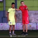 Rivaldi Bawuo saat diberi arahan oleh Milomir Seslija (official Arema FC)