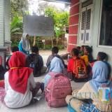 Suasana kegiatan belajar bahasa inggris di Desa Kawedusan, Kecamatan Plosoklaten, Kabupaten Kediri. (Foto: B. Setioko/JatimTIMES)