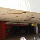 Plafon Pasar Tunjungan yang sudah jebol dan bocor ketika hujan.