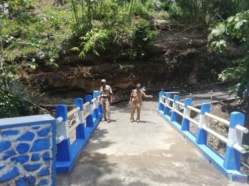 Kades Sumberagung, Sumawe, Moh Soemidjan dan perangkat desa saat berada di jembatan gunung sudo yang diberitakan ada masalah, Selasa (29/01) (Nana)