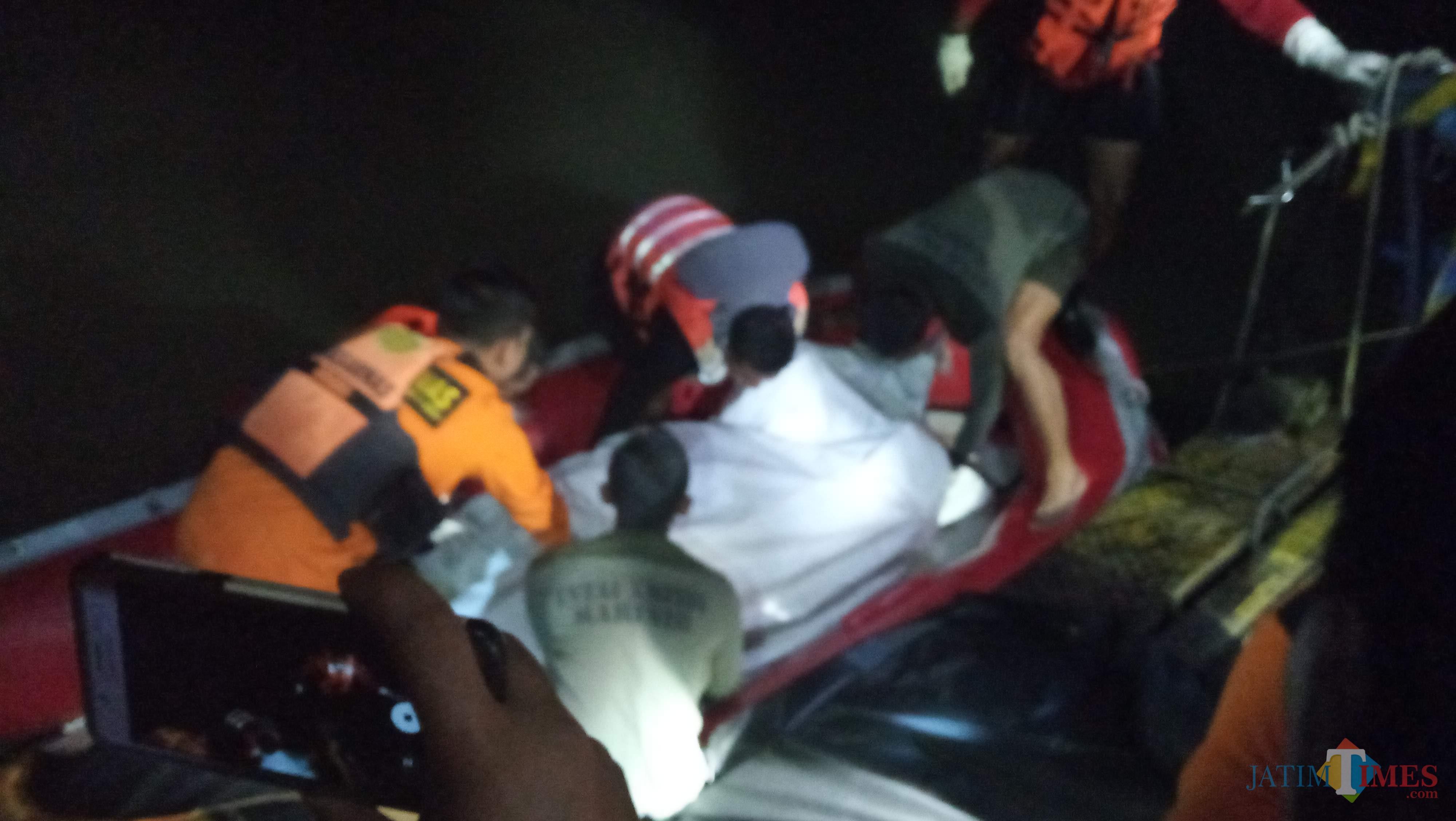 Korban saat hendak dinaikkan ke atas dermaga untuk selanjutnya dibawa ke RSUD dr Iskak. (foto : Joko Pramono/Jatim Times)