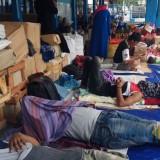 Para calon penumpang Kapal Sabuk Nusantara 56 tidur di emperan terminal penumpang Pelabuhan Tanjung Wangi