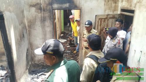 Petugas saat mengevakuasi rumah yang terbakar dan menyebabkan satu orang meninggal, Kecamatan Dampit (Foto : Polsek Dampit for MalangTIMES)