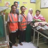 Rupiana dan petugas dari Pelabuhan Tanjung Wangi saat berada di rumah Bidan Amalia