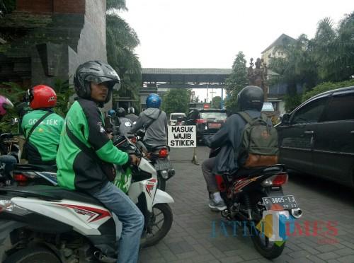Suasana pintu gerbang UB di Jalan Veteran. (Foto: Imarotul Izzah/MalangTIMES)