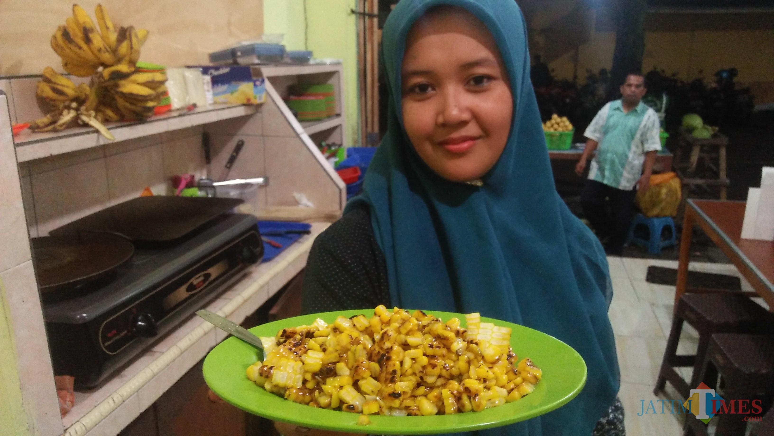Jagung bakar serut rasa campur yang menjadi menu favorit pelanggan ( foto Luqmanul hakim)