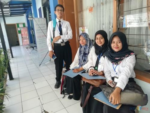 Calon perangkat desa saat menunggu giliran untuk tes komputer di kantor Kecamatan Kromengan, Rabu (30/01) (foto: Nana/ MalangTIMES)
