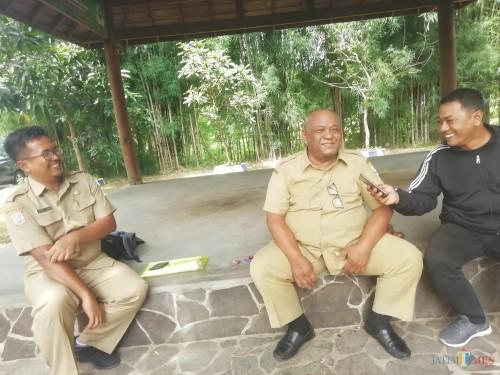 Kabid Pembangunan Dinas PU Bina Marga Kabupaten Malang Irianto saat menjelaskan rencana pembebasan lahan warga untuk jalan wisata Srigonco-Balekambang. (Nana)