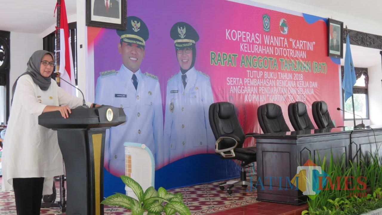 Sambutan Wabup Lumajang Ir. Indah Amperawati saat RAT Kopwan Kartini. (Foto: Pawitra/JatimTIMES)