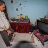 Sugi memperlihatkan TV LED nya yang rusak karena tegangan naik (Agus Salam/Jatim TIMES)