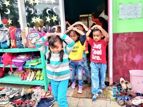 Para pelajar TKDahlia 1 Desa Gunungsari, Kecamatan Bumiaji saat dievakuasi keluar dari kelas Kamis (31/1/2019). (Foto: Irsya Richa/MalangTIMES)