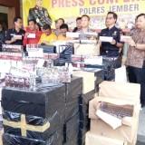 Kapolres Jember didampingi kepala Kantor Bea Cukai saat menunjukkan barang bukti ribuan pak rokok ilegal kepada wartawan. (foto : Moh. Ali Makrus / Jatim TIMES)