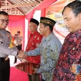 Kapolres Tulungagung AKBP Tofik Sukendar saat memberikan Kompensasi di desa Ngujang / Foto : Anang Basso / Tulungagung TIMES