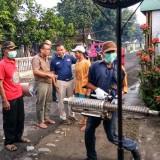 Peduli Kasus DBD, Pakde Sol Bersama Tim dan Perangkat Desa Melaksanakan Fogging di Desa Klampitan. (Foto: Istimewa)