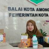Pegawai Pemkot Batu saat menunjukkan leaflet dan obat abate di Balai Kota Among Tani (Foto: Irsya Richa/MalangTIMES)