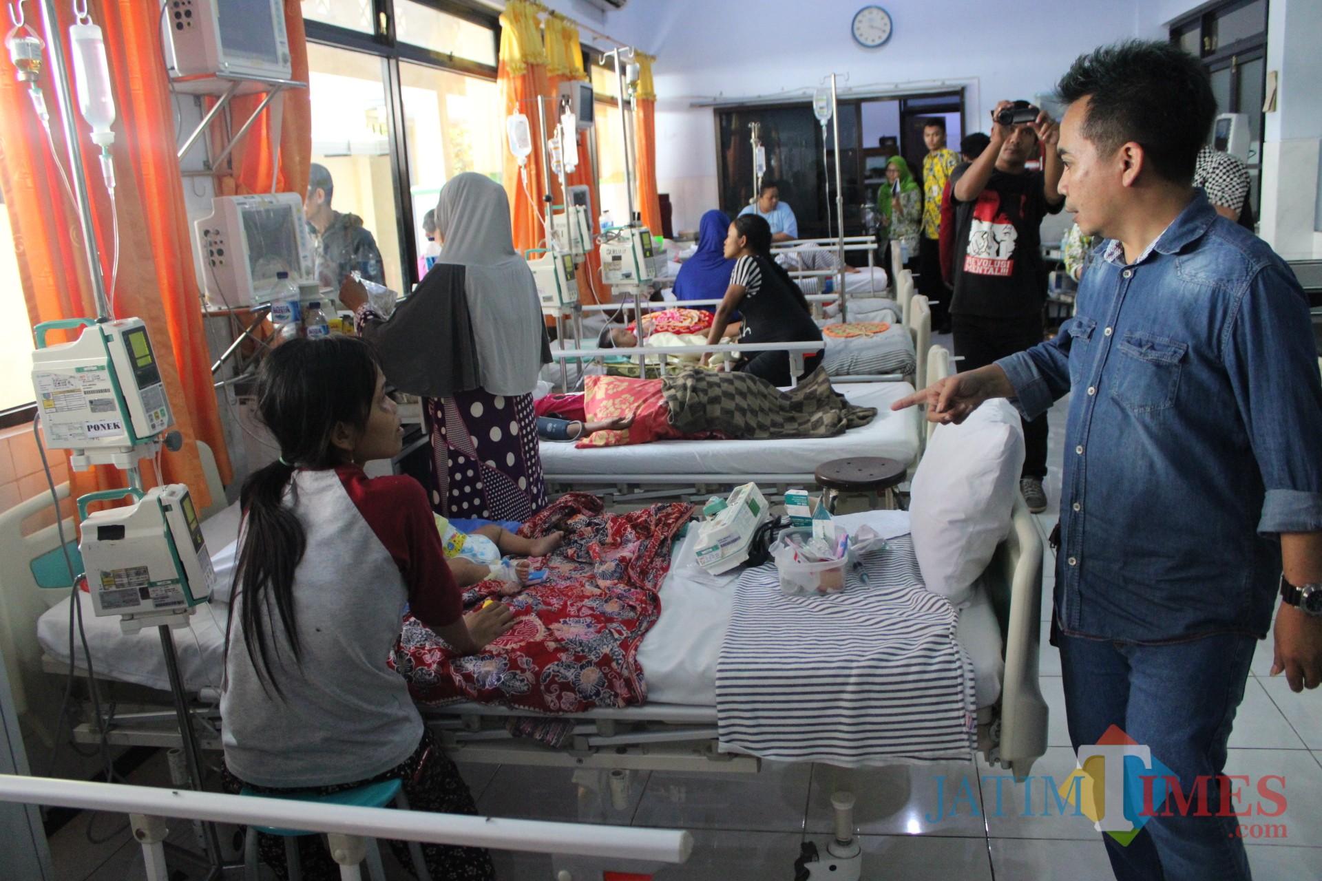 Mengenakan kemeja biru, Ketua Komisi D DPRD Jombang berdialog dengan salah satu keluarga pasien saat sidak di ruang Seruni RSUD Jombang. (Foto : Adi Rosul / JombangTIMES)