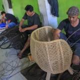 Pembuatan rotan di Tiban Jaya Rotan Balearjosari Malang (foto: Luqmanul Hakim)