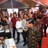 Presiden Jokowi didampingi Pakde Karwo meninjau pameran yang menampilkan alat-alat penyelamatan dan penunjang kerja BNPB.