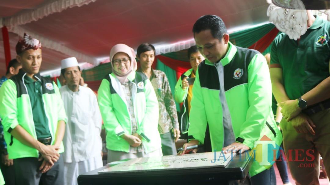 Bupati Lumajang H. Thoriqul Haq saat menandatangani prasasti simbolis pembukaan AMS Center. (Foto: Pawitra/JatimTIMES)
