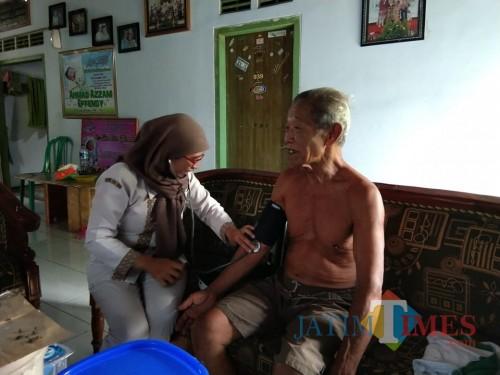 Petugas PKRS melakuan visit home ke pasien yang sudah diperbolehkan pulang dari rumah sakit / Foto : Istimewa / Tulungagung TIMES