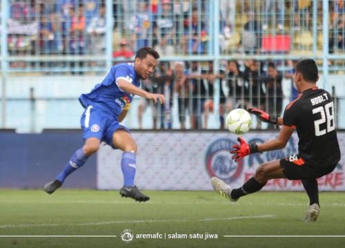 Proses terjadinya gol dari Kapten tim Arema FC Hamka Hamzah ke gawang Persita Tangerang (official Arema FC)