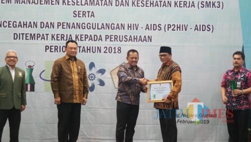 Wakil Wali Kota Malang, Sofyan Ediyang Jarwoko saat mewakili Wali Kota Malang Sutiaji menerima penghargaan Pembina K3 (Humas Pemkot Malang for MalangTIMES).