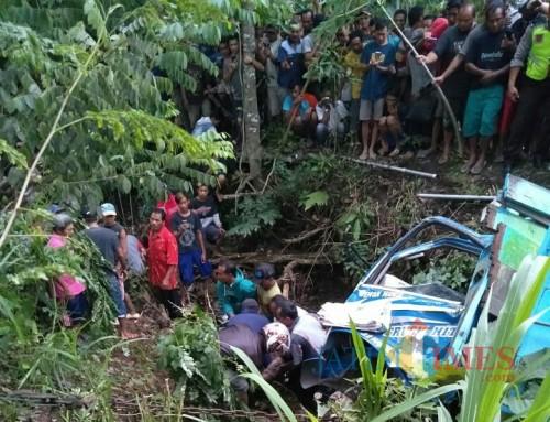 Warga dan Petugas Evakuasi Korban Laka Di Buret / Foto : Istimewa / Tulungagung TIMES