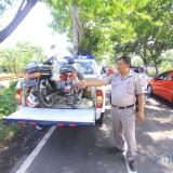 Dua motor yang terlibar kecelakaan diangkut kendaraan dinas Satlantas Polres Probolinggo Kota (Agus Salam/Jatim TIMES)