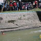 Rendi Kusuma, pria yang diduga mengalami gangguan jiwa terlihat menceburkan diri di sungai sekunder Gude-Ploso. (Foto : Adi Rosul / JombangTIMES)