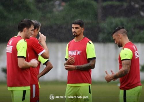 Arthur Cunha (tengah) saat menjalani latihan bersama Arema FC (official Arema FC)