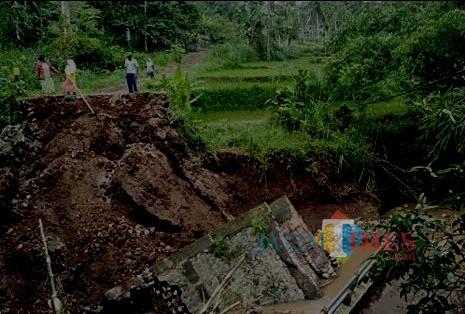 Jembatan ambrol disebabkan longsor karena musim penghujan di wilayah Kabupaten Malang. (dok MalangTIMES)