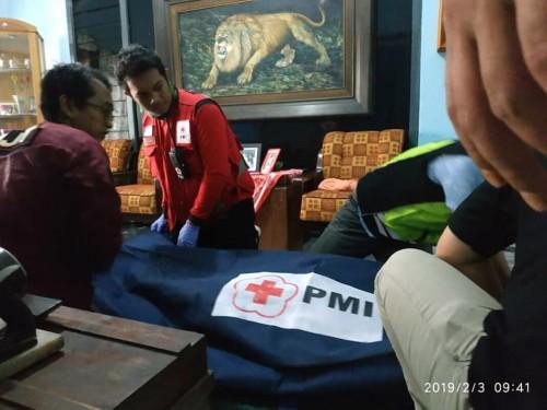 Petugas ketika mengevakuasi korban (istimewa)