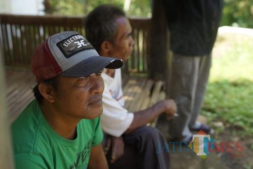 Warga Desaku Menanti duduk di sebuah gazebo. (Foto : Agung Wardoyo untuk JatimTIMES)