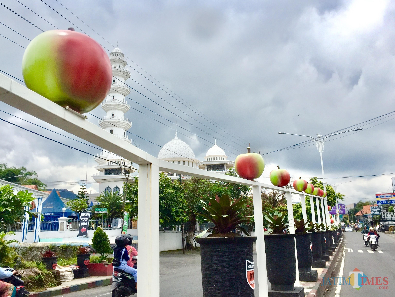 Taman pedestrian dengan ikonik apel di jalan Patimura, Kelurahan Temas, Kecamatan Batu. (Foto: Irsya Richa/MalangTIMES)