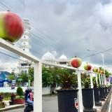 Jalan Protokol Kota Batu Dipenuhi Puluhan Apel Menyala