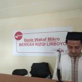 Salah satu karyawan Bank Wakaf Mikro  Syariah Berkah Rizqi Lirboyo saat melayani nasabah. (eko Arif s /JatimTimes)