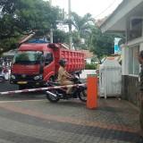 Pintu utama Kantor Pemkab Banyuwangi ditutup dengan dump truk oleh pengunjuk rasa