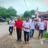 Ketua Pospera Bondowoso Misbahul Munir mengajak anggotanya berkeliling mengecek sanitasi di daerah Kec. Wringin, Minggu (3/2/2019) (Foto : Misbahul Munir/BondowosoTIMES)