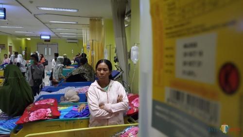 Pasien di IGD RSUD dr.  Iskak yang berdempetan (foto: Joko Pramono/JatimTIMES)
