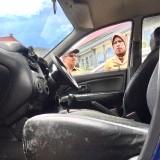 Wakil Wali Kota Batu Punjul Santoso (kiri)  saat memeriksa kondisi mobil berjamur di halaman Balai Kota Among Tani, Senin (4/1/2019). (Foto: Irsya Richa/MalangTIMES)