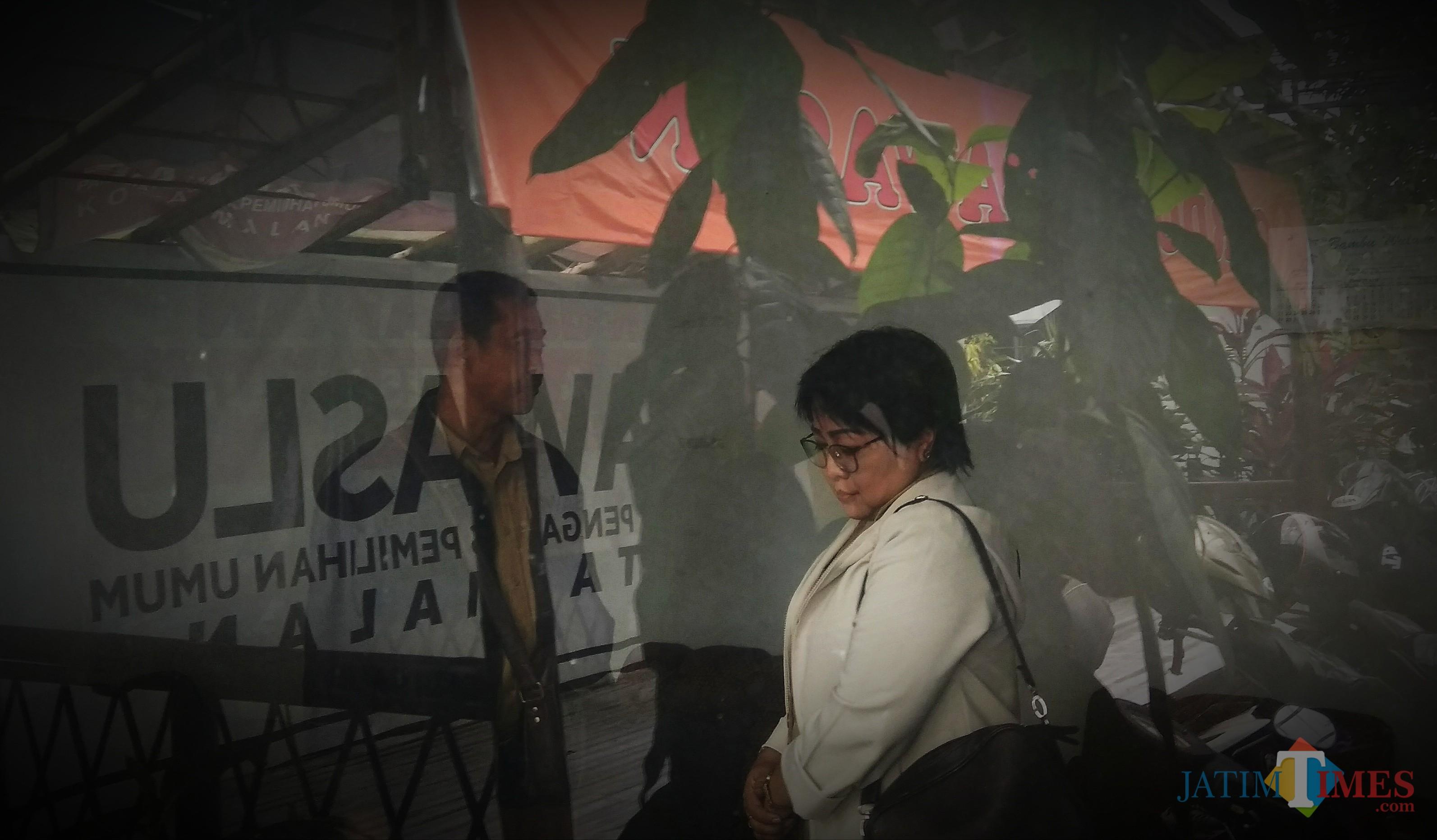 ASN Kota Malang atas nama Endang Sri Sundari saat hadir di kantor Bawaslu Kota Malang memenuhi undangan klarifikasi dugaan pelanggaran netralitas ASN. (Foto: Nurlayla Ratri/MalangTIMES)